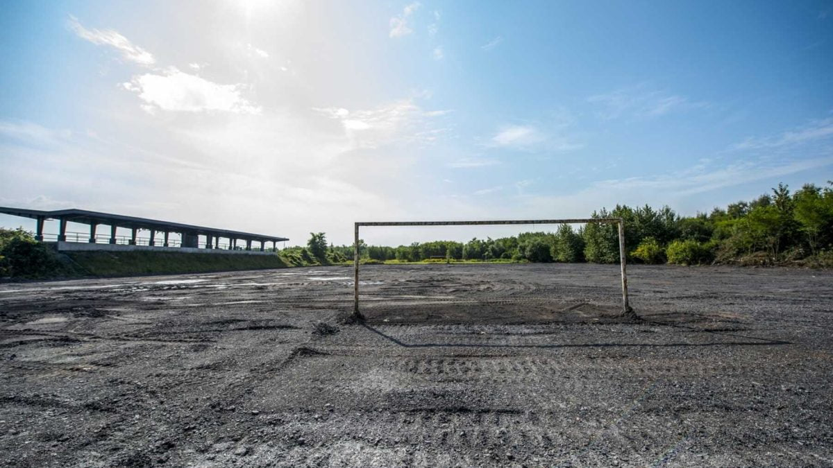 Prace nad budową płyty boiska w Rozbarku